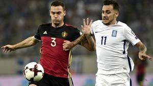 Thomas Vermaelen pugna con Tasos Dionis en el Grecia-Bélgica disputado el 3 de septiembre.
