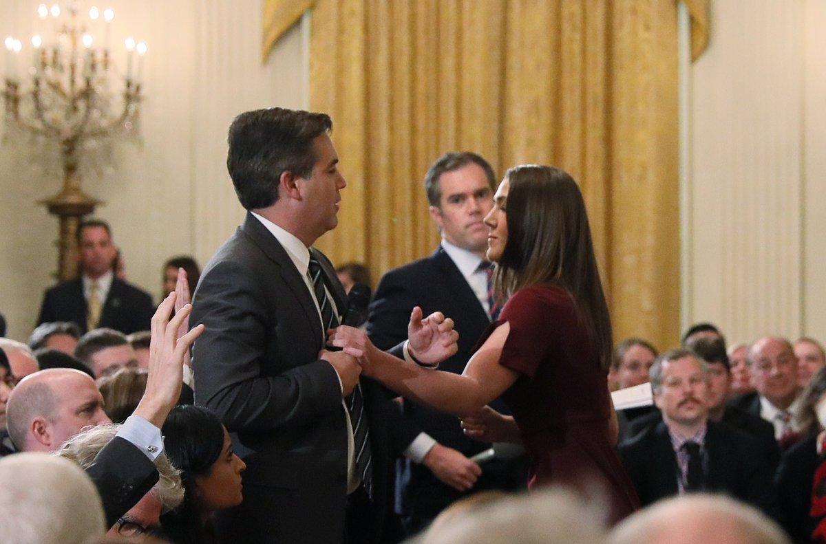 Un trabajador de la Casa Blanca intenta quitarle el micrófono al periodista de la CNN, Jim Acosta