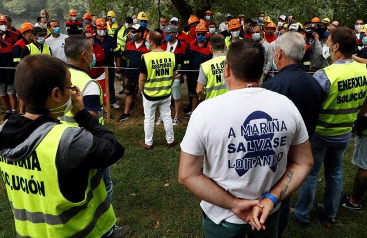 Trabajadores de la planta de Alcoa en San Cibrao (Lugo) en los alrededores del lugar de las negociaciones.