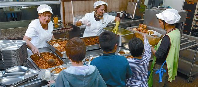 Tres alumnos en el comedor de la escuela Joan Maragall de Esplugues de Llobregat.
