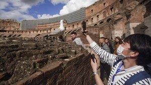 Un turista toma una foto en el Coliseo, este sábado