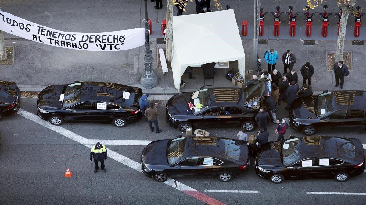 VTC estacionados en la Diagonal de Barcelona el pasado25 de enero.