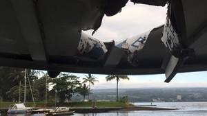 El agujero en el techo del barco causado por la bomba de lava del volcán Kilauea.