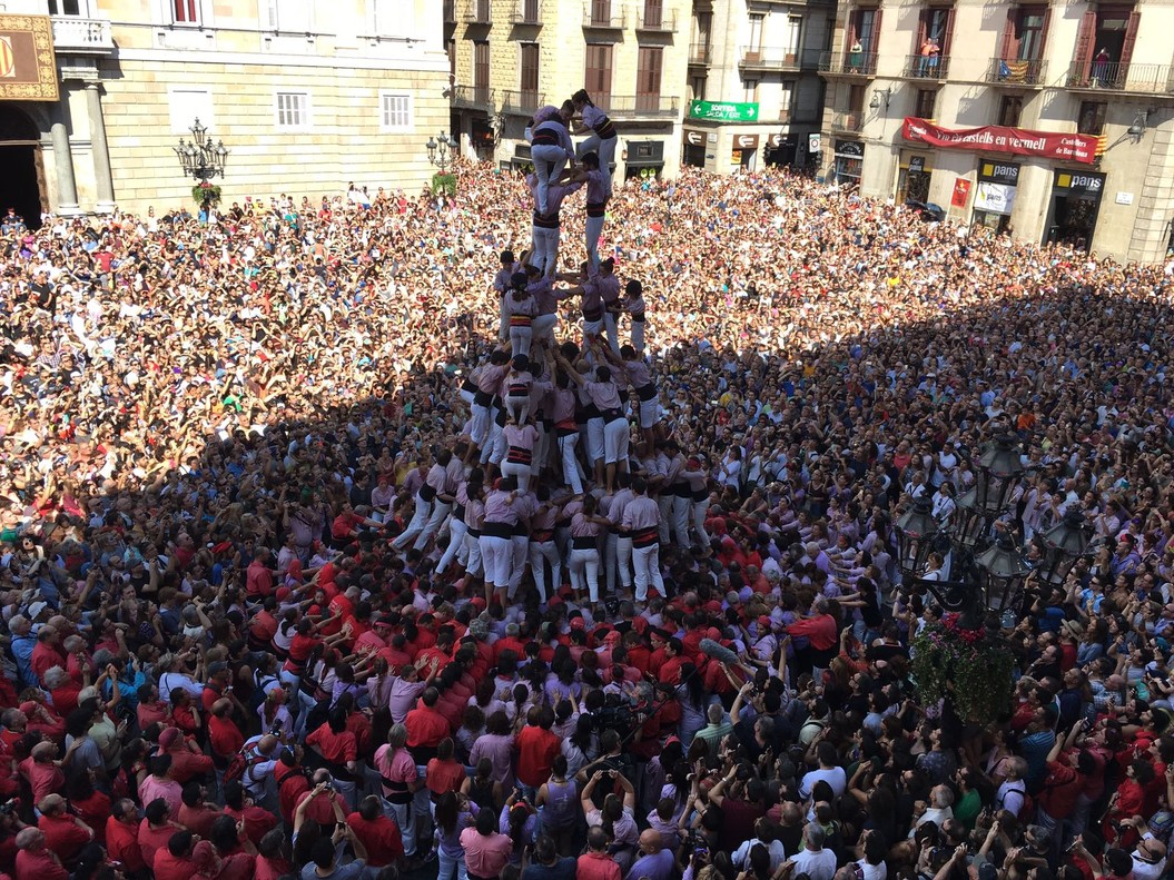 El '3 de 10 amb folre i manilles' de los Minyons de Terrassa en la plaza de Sant Jaume.