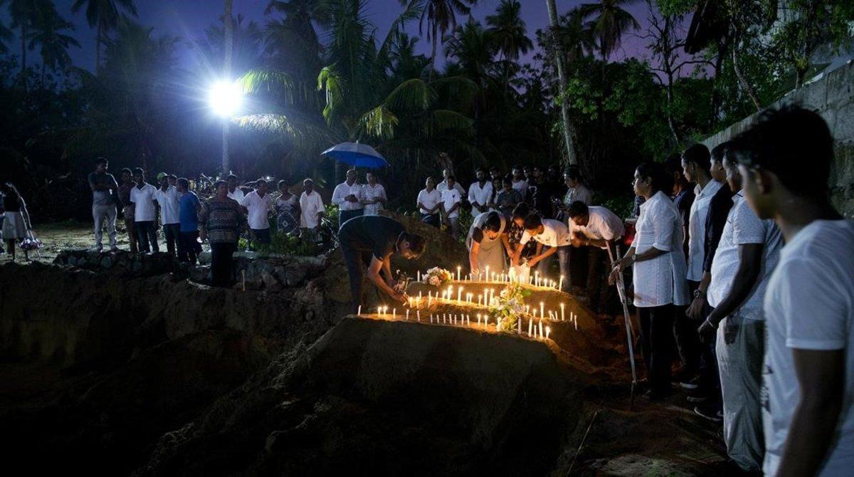 Una de las múltiples ceremonias en recuerdo de los 290 muertos en atentados en Sri Lanka este domingo, en la iglesia de San sebastián, en Negombo.