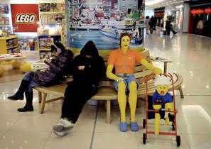 Una mujer y un niño hechos con piezas de Lego, en un centro comercial de Pekín.