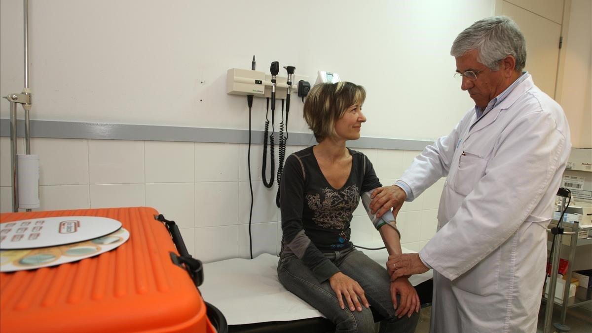 Un médico con una paciente.