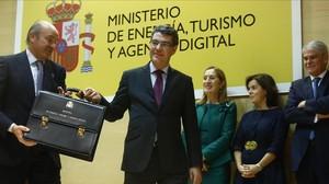 El ministro de Energía, Turismo y Agenda Digital, Álvaro Nadal, recibe la cartera ministerial de manos del titularde Economía, Luis de Guindos.