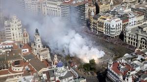 Mascletà de la plaza del Ayuntamiento de València, este domingo.