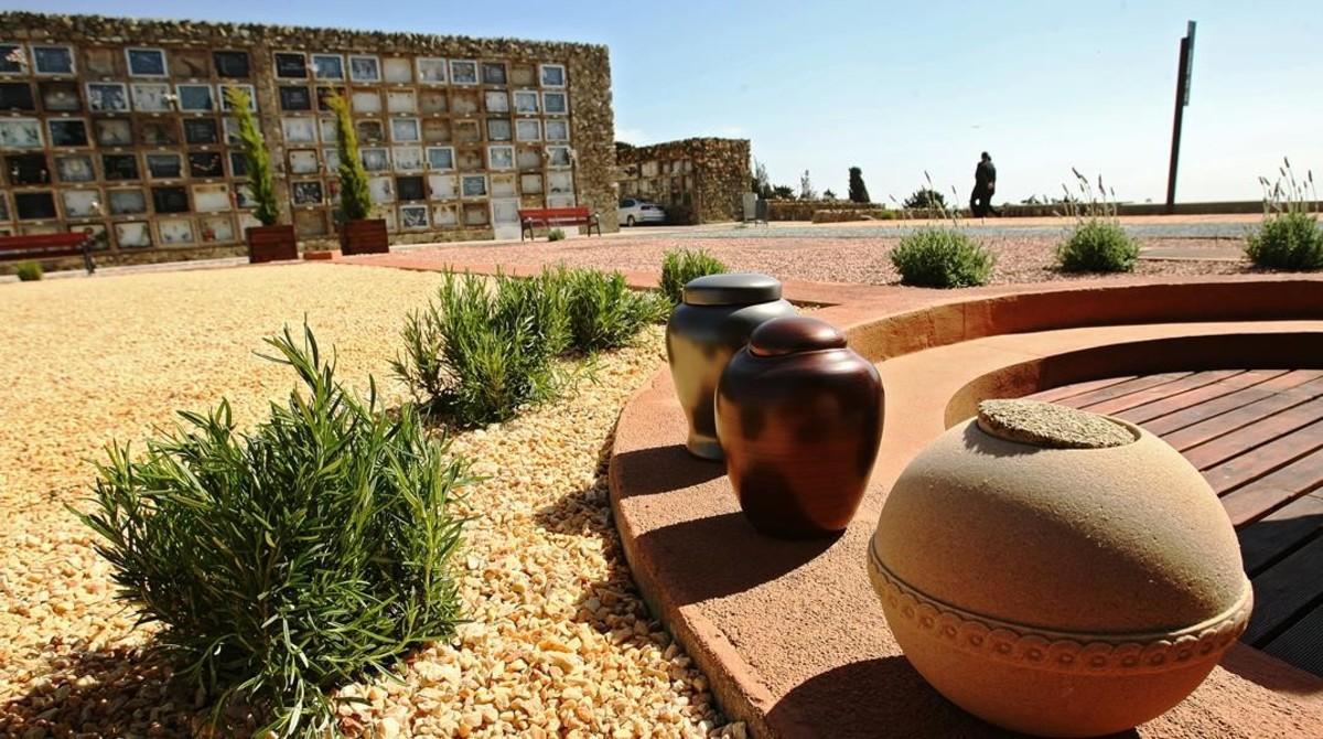Espacio en el cementerio de Montjuïc dedicado a la inhumación de urnas biodegradables.