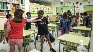 Primer día escolar por parte de los alumnos del Colegio Municipal de Benimaclet en València.