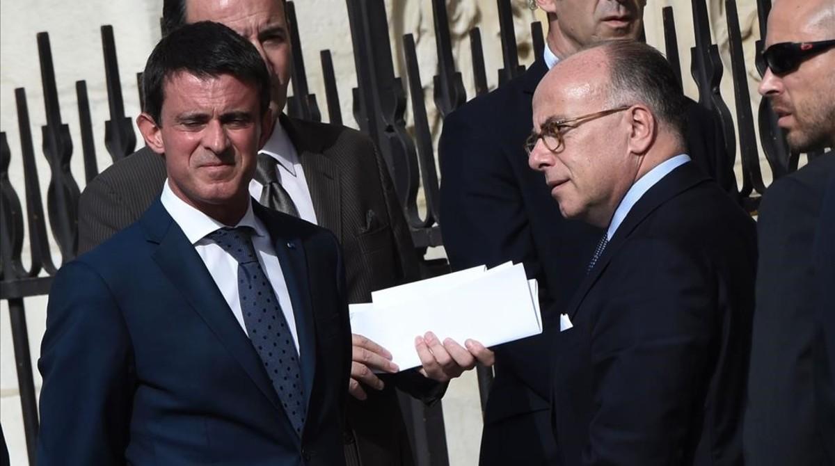 Valls (izquierda) junto al ministro de Interior, Bernard Cazeneuve, a su llegada a la catedral de Notre Dame, en París, el 27 de julio.