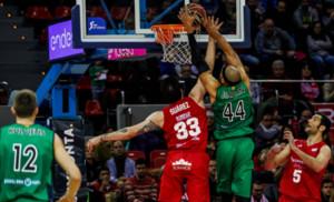 El verdinegro Jerome Jordan lanza a canasta ante Álex Suárez