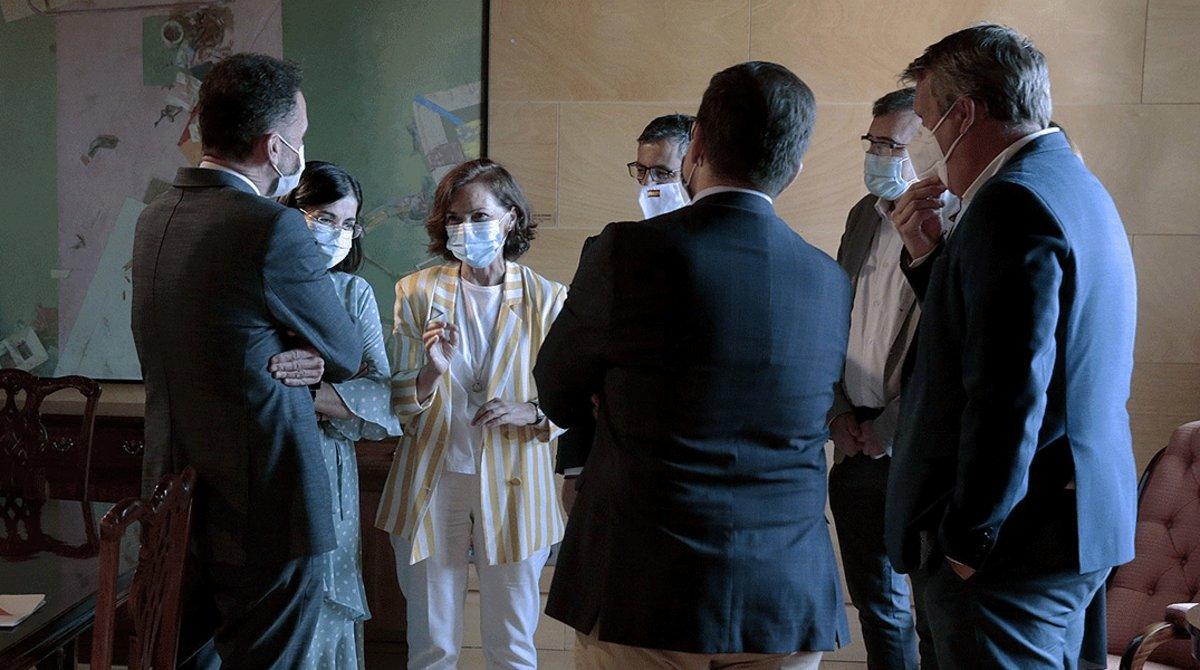 La vicepresidenta primera, Carmen Calvo (centro), conversa con el portavoz adjunto de Ciudadanos en el Congreso, Edmundo Bal (izquierda), junto a otros miembros del Gobierno y de la formación naranja, tras reunirse en el Moncloa, este lunes.