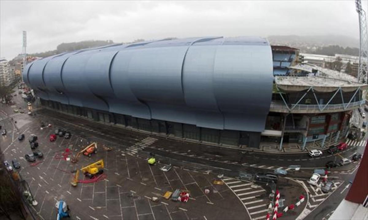 El viento causó desperfectos en la estructura de la grada de Balaídos que provocaron la suspensión del Celta-Madrid.