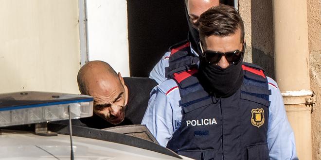 El violador saliendo de los juzgados de Rubí.