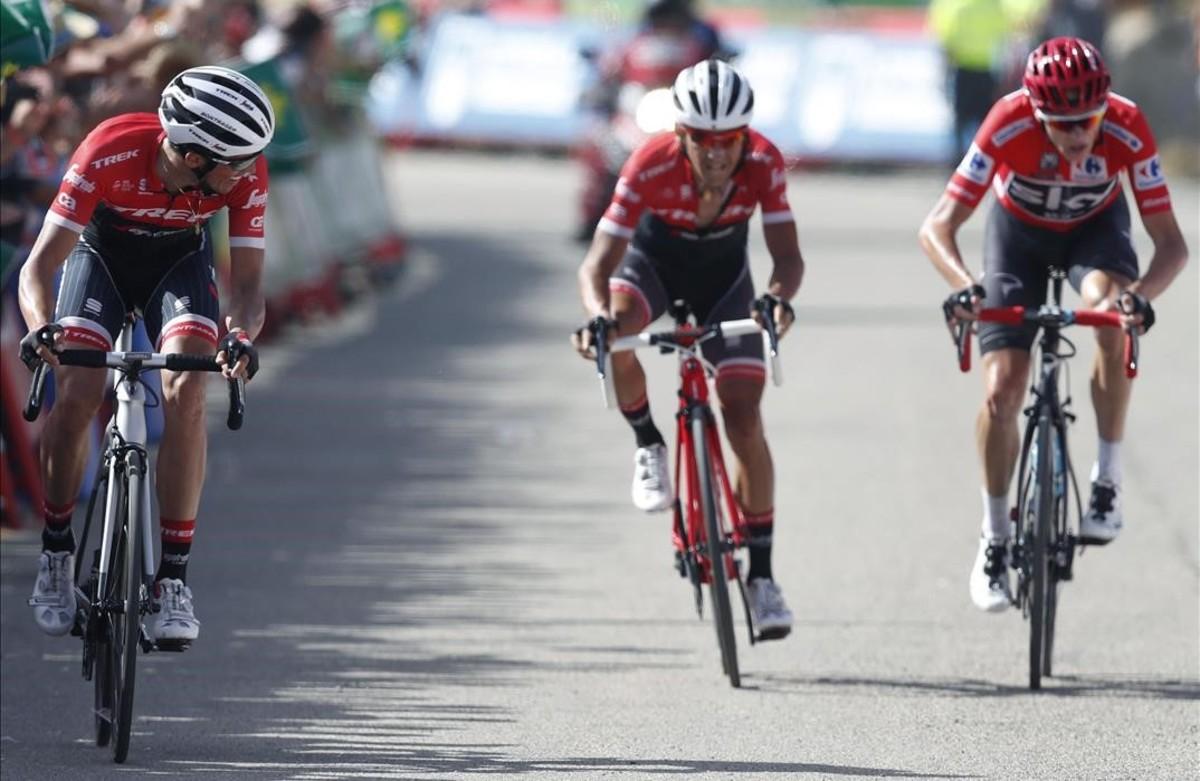 Alberto Contador observa a Chris Froome, que llega a la meta de Xorret de Catí junto a Jesús Hernández, que iba en la fuga.