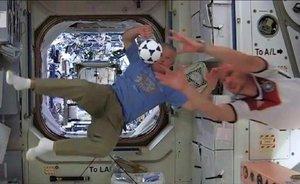 Dos astronautas juegan al fútbol dentro de la Estacion Espacial Internacional.