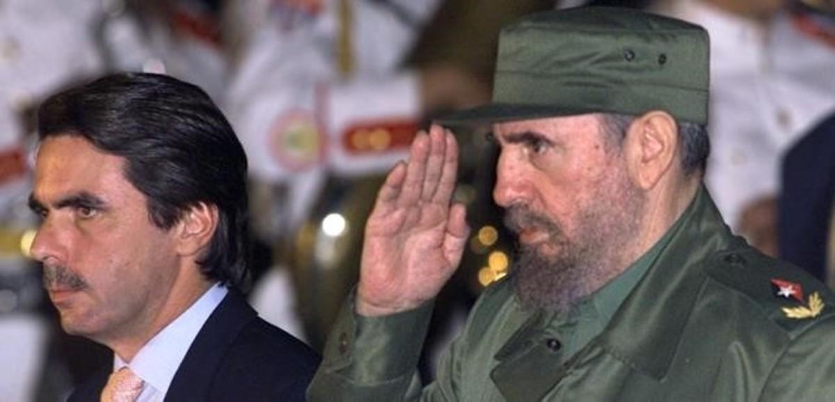 José María Aznar junto a Fidel Castro.