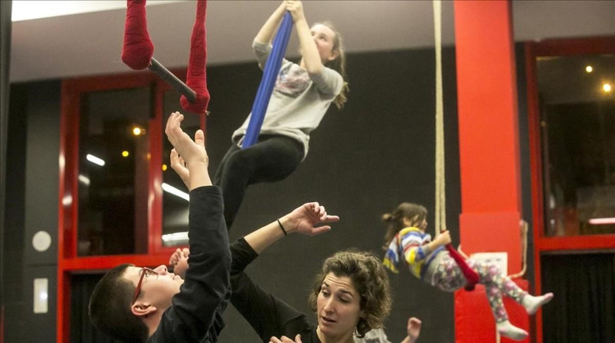Clasede la escuela de circo infantil del Ateneu Popular Nou Barris, esta semana.