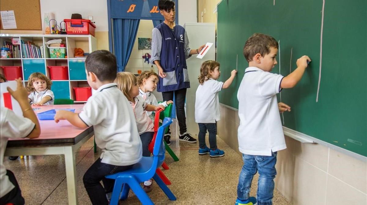 Alumnos de P-3 en el colegio Goya de Terrassa, con el uniforme que han estrenado este curso.
