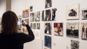 Uno de los apartados de la exposición 'Total Records' que reúne 250 portadas de vinilos en Foto Colectania.