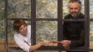 Ana Ruiz y Quintín Quinsac se disputan una gamba tras una ventana sin cristales de AQ, en Tarragona.
