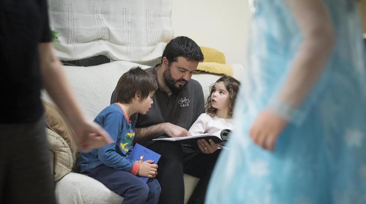 Òscar Ríos, con sus hijos Oriol,Alba y Aina, en su casa de Barcelona, durante estos días de Navidad.