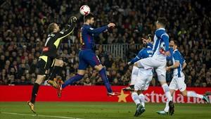 Gerard Piqué cabecea un balón, ante el Espanyol.