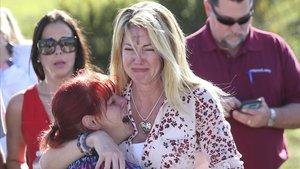 Dos madres de las estudiantes del Instituto Marjory Stoneman Douglas esperan noticias sobre sus hijas.