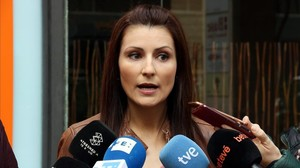Lorena Roldán, atendiendo a los medios en Barcelona.