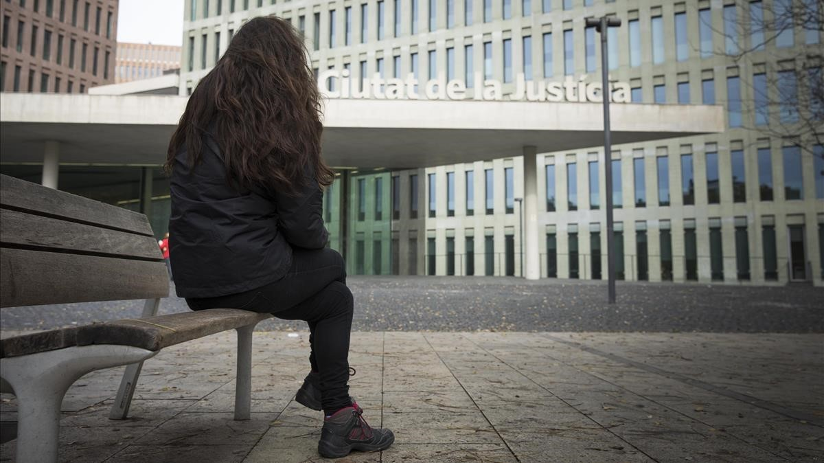 Teresa (nombre ficticio), en la Ciutat de la Justícia esta semana.