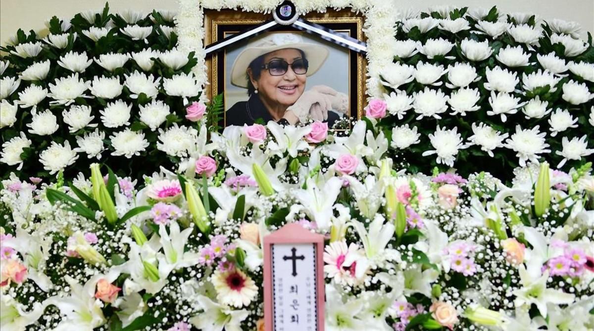 Homenaje floral a la actriz surcoreana Choi Eun-hee.