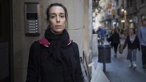 Zaida Elena, en el portal de la que durante ocho años ha sido su casa, en el carrer Rec Comtal de Barcelona.