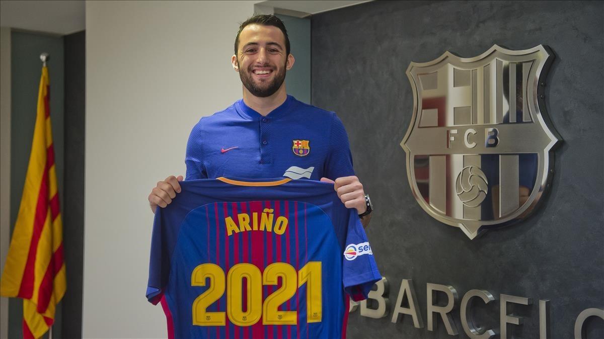 Ariño posa para celebrar la renovación con el FC Barcelona.