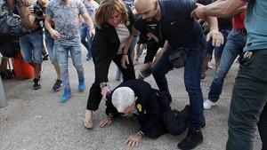 Butaris, en el suelo, tras ser agredido.