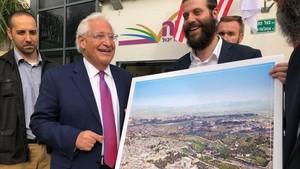 El embajador de EEUU en Israel, David Freidman, con la polémica imagen en que no está la mezquita de la Roca.