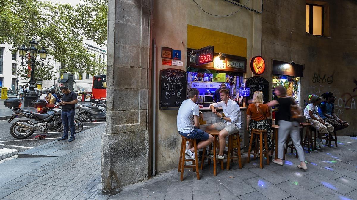 El bar más pequeño de Barcelona:La Cazalla es básicamente una barra abocada a la calle Arc del Teatre.