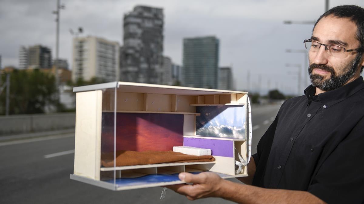 Marc Olivé muestra la maqueta de cubículo para los pisos colmena que proyectan.
