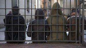 Un grupo de menores no acompañados, en agosto del año pasado, junto a la comisaría de Mossos de Ciutat Vella.