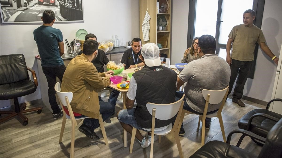 Miembros del equipo de Haibu 4.0 en el espacio de cocina y comedor.