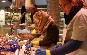 Els paradistes i clients del nou mercat de Sant Antoni es pelen de fred