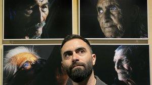 Marc Espin, autor de Descrtados, posa con algunos de los retratos de la exposición