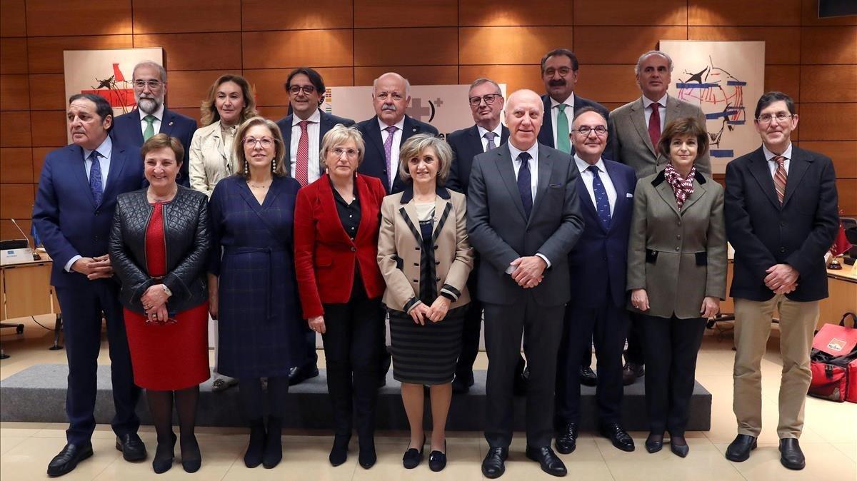 María Luisa Carcedo junto a los consejeros autonomicos al inicio del Consejo Interterritorial de Salud, este miércoles.