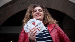 Antía Alberte muestra la baraja de cartas que ha diseñado, con copas menstruales en vez de copas y vibradores en vez de bastos.