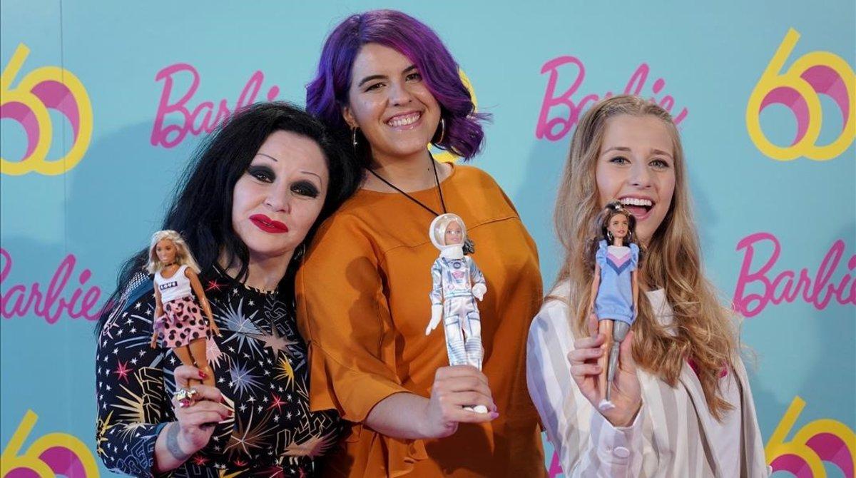 Alaska, Nerea Luisy Desirée Vila, con las respectivas Barbies que las representan, este jueves en Madrid.