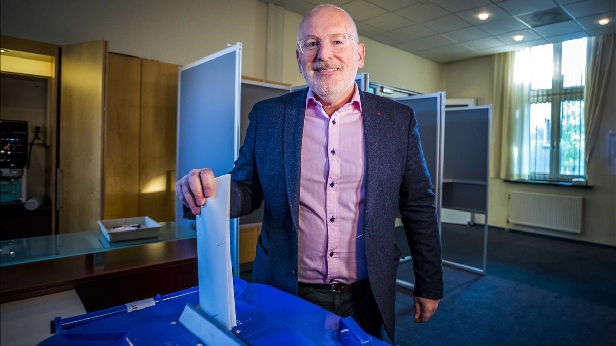 El vicepresidente de la Comisión Europea y candidato socialdemócrata holandés, Franz Timmermans, ejerciendo su derecho a voto este jueves en Heerlen (Holanda).