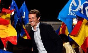 Pablo Casado celebra los resultados, el domingo por la noche frente a la sede del PP en la calle de Génova.