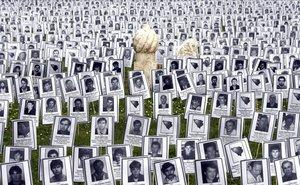Fotografías con los rostros de las víctimas de Prijedor durante la guerra de Bosnia, este viernes en un parque en Sarajevo (Bosnia). Las imágenes muestran 3.176 bosnios y croatas, incluidos 102 niños, naturales del pueblo de Prijedor, que fueron matados por serbobosnios durante la guerra de Bosnia, entre 1992 y 1995. El 31 de mayo es el día recordado como el de los brazaletes blancos, distintivo que debían llevar bosnios y croatas, para distinguirse de los serbobosnios.