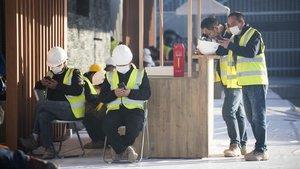 Traajadores del montaje de la feria MWC, tras su cancelación, este jueves.